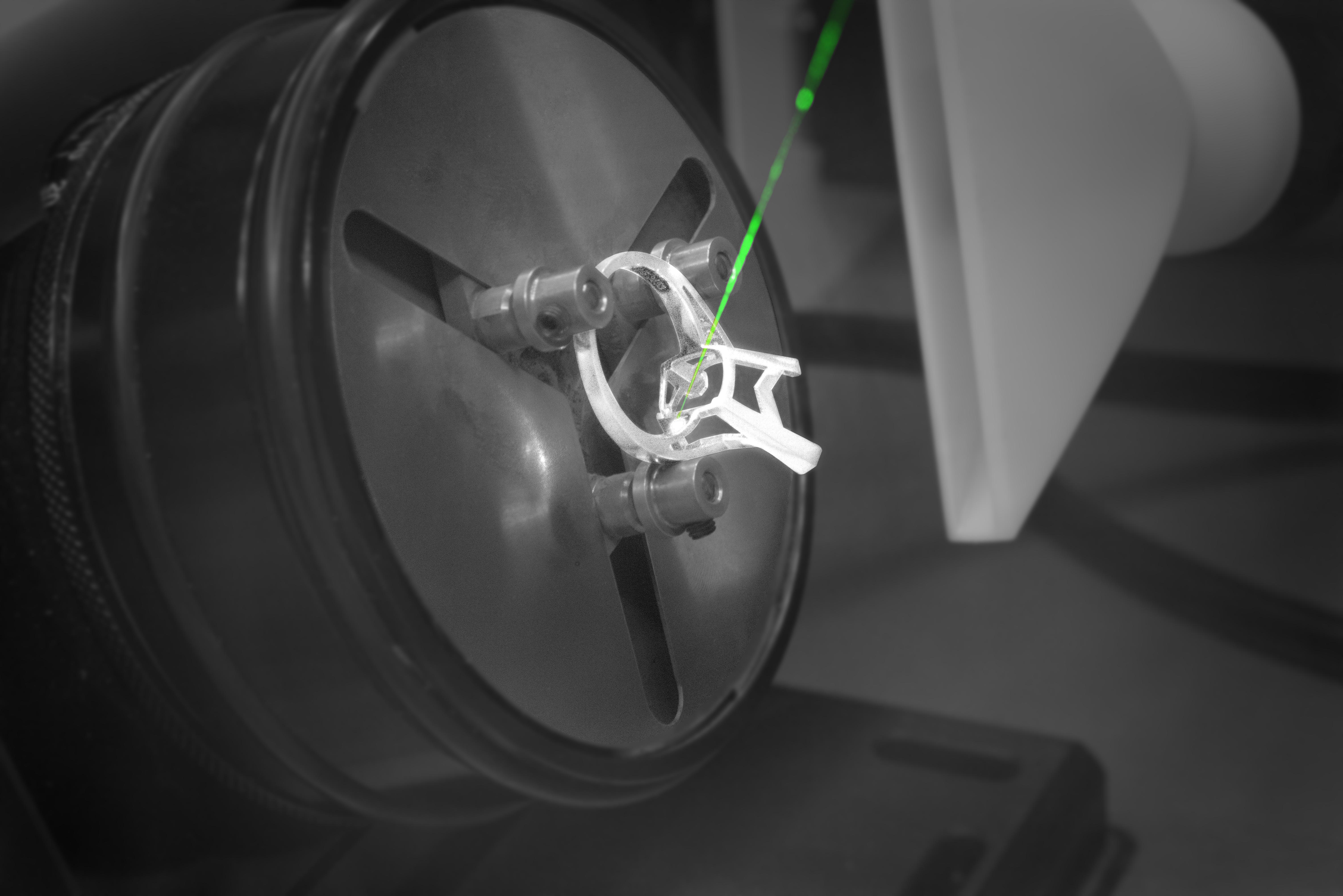 Poinçon laser sur bague or blanc Bellon&Fils